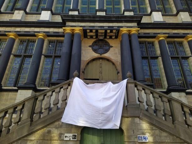 """Wit laken aan Gentse stadhuis: """"Steun tonen al wie ons door deze crisis helpt"""""""