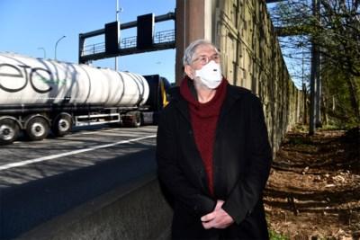 """Geluidsschermen aan snelweg zijn hopeloos gedateerd, maar buurt zal nog langer moeten wachten: """"We vragen al tien jaar om er iets aan te doen"""""""