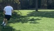 Yannick Carrasco test zijn spurtsnelheid in de tuin
