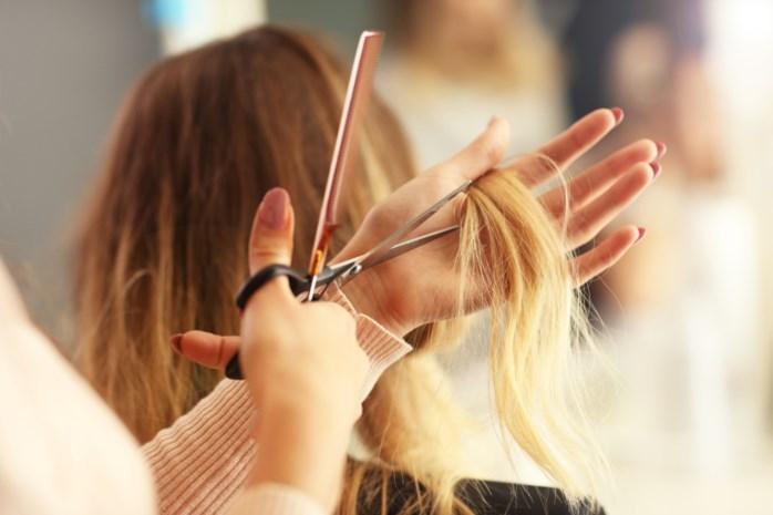 Kan ik zelf mijn haar knippen nu de kappers gesloten zijn? En hoe vermijd ik blunders met de tondeuze?