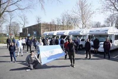 Studenten hebben zes jaar gespaard voor afstudeerreis... om 'in quarantaine' te staan onder snelwegviaduct