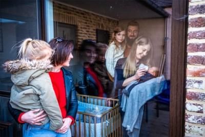 Klinken van achter glas, telefoon op luidspreker en doopsuiker op de vensterbank: zo gaan we tegenwoordig op (k)raambezoek