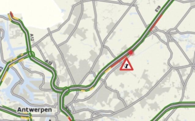 E19 naar Breda volledig dicht in Sint-Job na ongeval met vrachtwagens