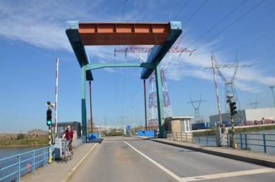 Herstelling Willemsbrug noodgedwongen stilgelegd na zinken van werkponton