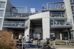 Medewerkers geven optreden voor rusthuisbewoners in de openlucht