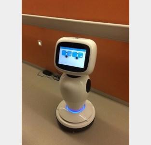 """Robot helpt mee op corona-afdeling: """"Hij kan een praatje maken met de patiënten zodat ze zich minder eenzaam voelen"""""""
