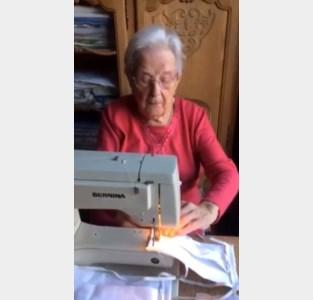 """Justine (98) naait mondmaskers voor familie: """"Natuurlijk ben ik bang, iedereen kan het virus oplopen"""""""