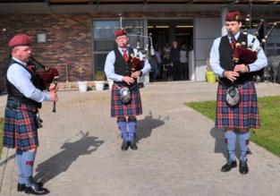 Doedelzakkers van Red Cross Pipe Band spelen voor senioren