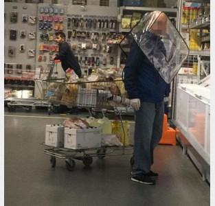 Man gebruikt boodschappentas als bescherming tegen coronavirus: