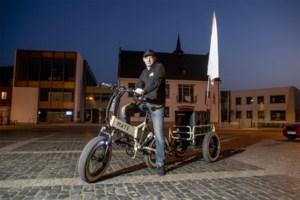 """Jan fietst dagelijks met jukebox door zijn gemeente: """"Of dit nu helpt? Dit is gewoon mijn onnozele manier om iets bij te dragen"""""""