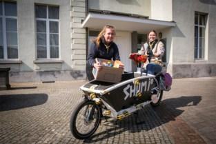 """Scouts leveren voedselpakketten aan huis voor hulpbehoevende gezinnen: """"We helpen onze omgeving graag"""""""