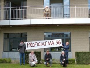 """Spandoek met verjaardagswensen voor mama (96), die alleen achterbleef met zeven kinderen: """"We hebben enorm veel respect voor haar"""""""