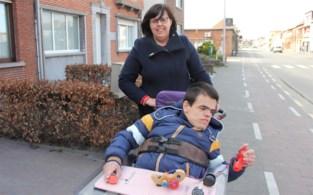 """Mama van Thomas (17) staat door corona moederziel alleen in voor zorg van gehandicapte zoon: """"Aan het eind van iedere dag ben ik leeg"""""""