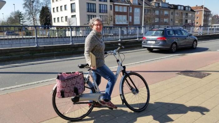 """Leerkrachten bezorgen met de fiets taken aan huis: """"Voor alle leerlingen die geen computer of internet hebben"""""""