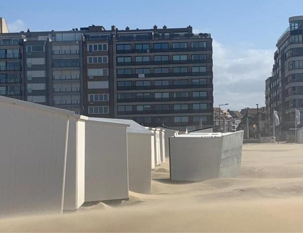 Ook dat nog: strandcabines waaien omver na doortocht storm