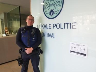 """Politie-inspecteur Bert (35) sensibiliseert burgers tijdens coronacrisis: """"Mensen vanop afstand tot kalmte brengen, vind ik het moeilijkst"""""""