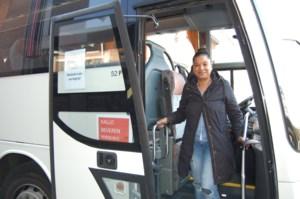 """Candy (41) blijft met haar pendelbus rijden: """"Passagiers kijken vreemd op als ik moet niezen, maar ik heb hooikoorts"""""""