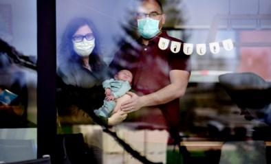 """Lieze (30) krijgt in enkele uren baby en corona: """"We dragen altijd mondmasker als we ons kindje aanraken"""""""