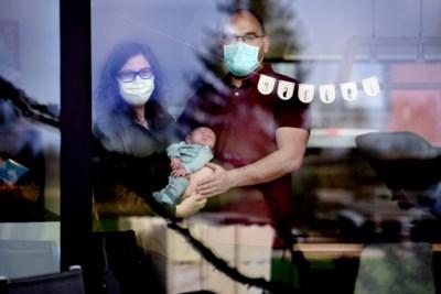 """Lieze (30) krijgt in enkele uren baby en corona: """"We dragen altijd een mondmasker als we ons kindje aanraken"""""""