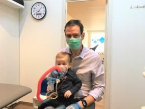 """Harry (55) helpt jong en oud met zwakke luchtwegen: """"Als ik een oudere patiënt behandel, skype ik samen met hen even met hun familie"""""""