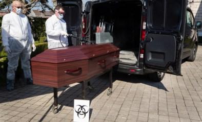 """Uitvaartsector slaat alarm: """"Begrafenissen worden nóg triester door corona, omdat niemand elkaar echt kan troosten"""""""