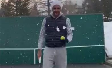 Roger Federer oefent thuis dan maar op trick shots… in de sneeuw