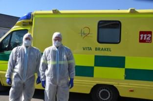 """Ambulanciers met beschermingspak en extra bril naar patiënten: """"Ik zie een gezonde schrik bij ons personeel"""""""