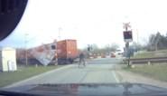 Ongeduldige fietser steekt spooroverweg over nadat trein is gepasseerd, maar ziet de volgende niet