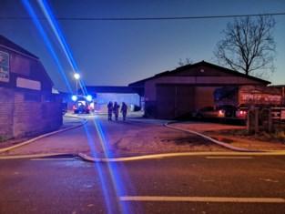 Brand in mesthoop bedreigt stallen