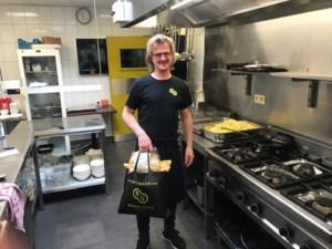 """Horecazaak verdeelt 300 kilo frieten aan mensen in problemen: """"En toen vonden we een roos aan onze deur"""""""