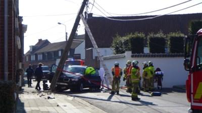 Automobiliste (33) knalt op elektriciteitspaal