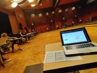 Voor het eerst in de geschiedenis: gemeenteraad vergadert in feestzaal