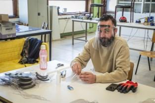"""VTI-leerkrachten maken honderden gezichtsmaskers voor hulpverleners: """"Zo doen we iets voor de maatschappij"""""""