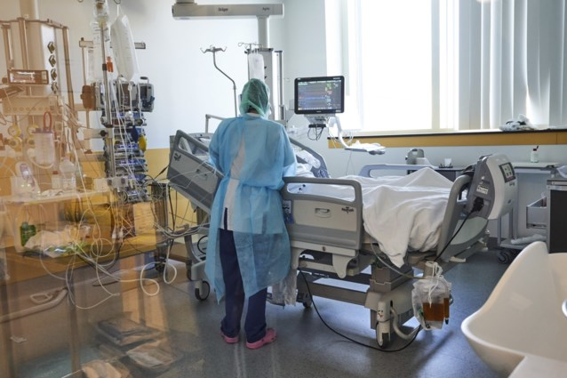 Viroloog Marc Van Ranst waarschuwt ziekenhuizen dat ze patiënten het best niet te snel naar huis laten gaan