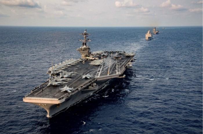 Zelfs machtigste vliegdekschip is niet opgewassen tegen corona: kapitein smeekt om aan land te mogen gaan