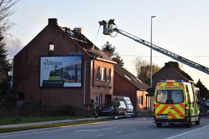 Toevallige voorbijganger redt vrouw en bedlegerige moeder op het nippertje uit brandende woning