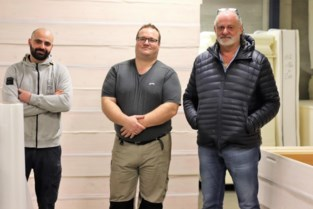Bedrijf zoekt vrijwilligers om mee medische schorten te stikken