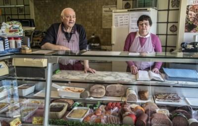 """Slager Jean (71) en Mariette (69) brengen zelfs bestellingen aan huis: """"We behoren zelf tot de risicogroep, maar doen dit voor onze klanten"""""""