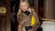 Kate Moss verkoopt iconische jas voor het goede doel