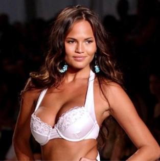 Supermodel viert vrolijk de tiende verjaardag... van haar borsten