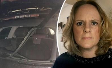 Vrouw in tranen wanneer ze ziet dat de auto waarmee ze maaltijden naar bejaarden brengt, gevandaliseerd werd