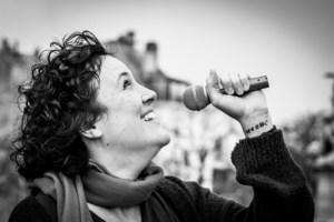 """Brusselse 'Bettie' maakt liedje over lockdown door de ogen van een vrijgezel: """"Mensen kunnen hun gevoelens moeilijk verwoorden"""""""
