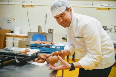 """Chocolatier Jelle tovert duizenden paaseitjes om tot mysterieuze 'gelukskoekjes': """"Onze zorgverleners verdienen het"""""""