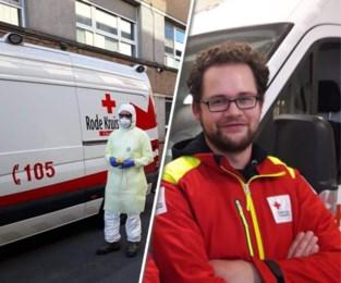 """'Student' Hendrik (31) rijdt vrijwillig coronapatiënten naar het ziekenhuis: """"Zo'n pak aandoen, is toch even verschieten"""""""