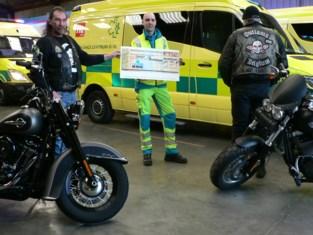 Motorclub Outlaws geeft cheque van 5.000 euro aan ziekenwagendienst