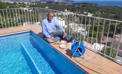"""Oud-politicus zit al weken vast aan zwembad in Spanje: """"Wij klagen niet en gelukkig had ik voldoende verf in huis"""