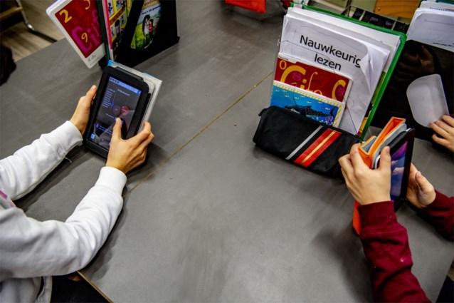 Leerlingen die online les volgen zien hoe hun leerkracht wordt mishandeld