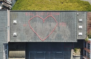 Mooie boodschap op dak van KOHa-school Sint-Pieter