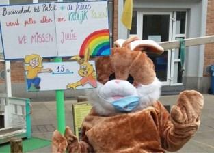 """Juf Ulrike verrast kinderen… in paashaaspak: """"We wilden onze traditie niet doorbreken"""""""