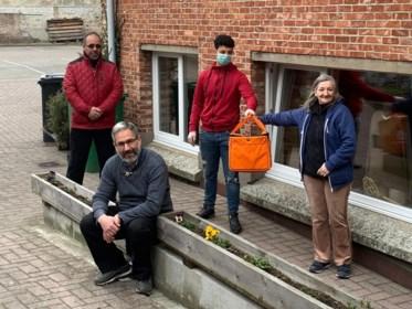 """Moslimgemeenschap bezorgt voedselpakketten aan daklozen die door bedwantsenplaag écht op straat staan: """"Wij zijn allemaal Vilvoordenaars"""""""